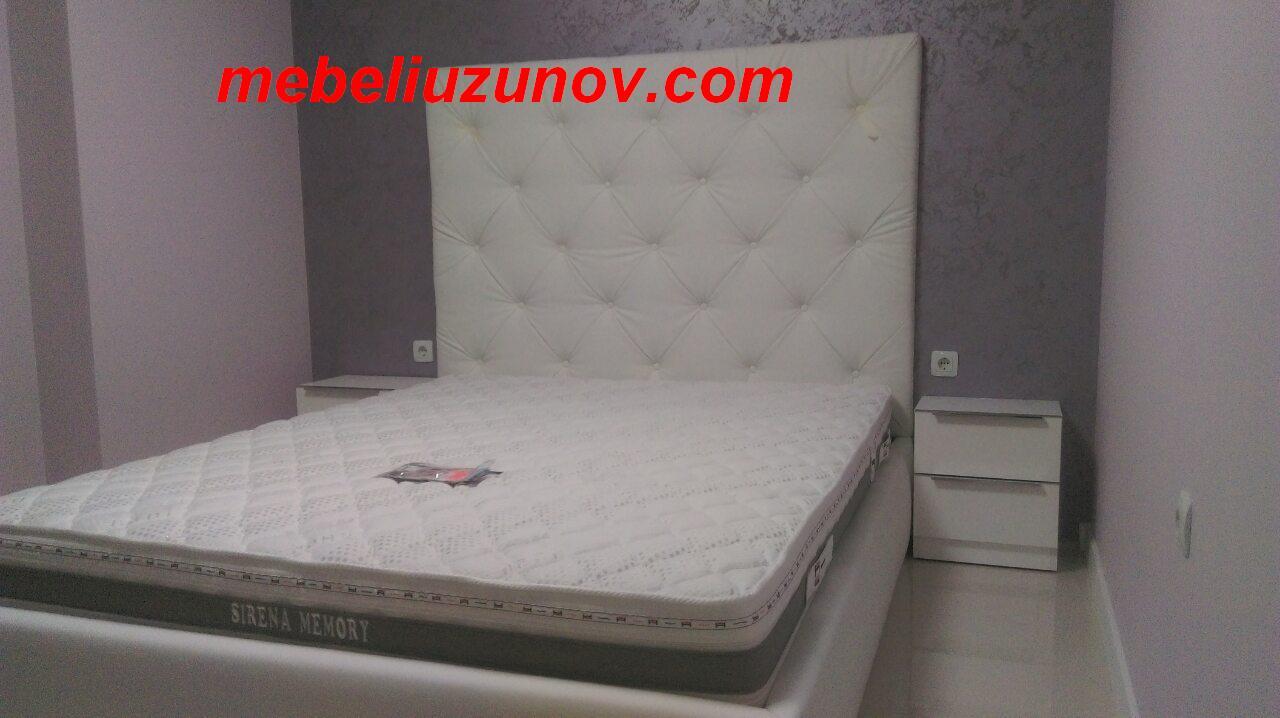 тапицирана спалня с висока табла