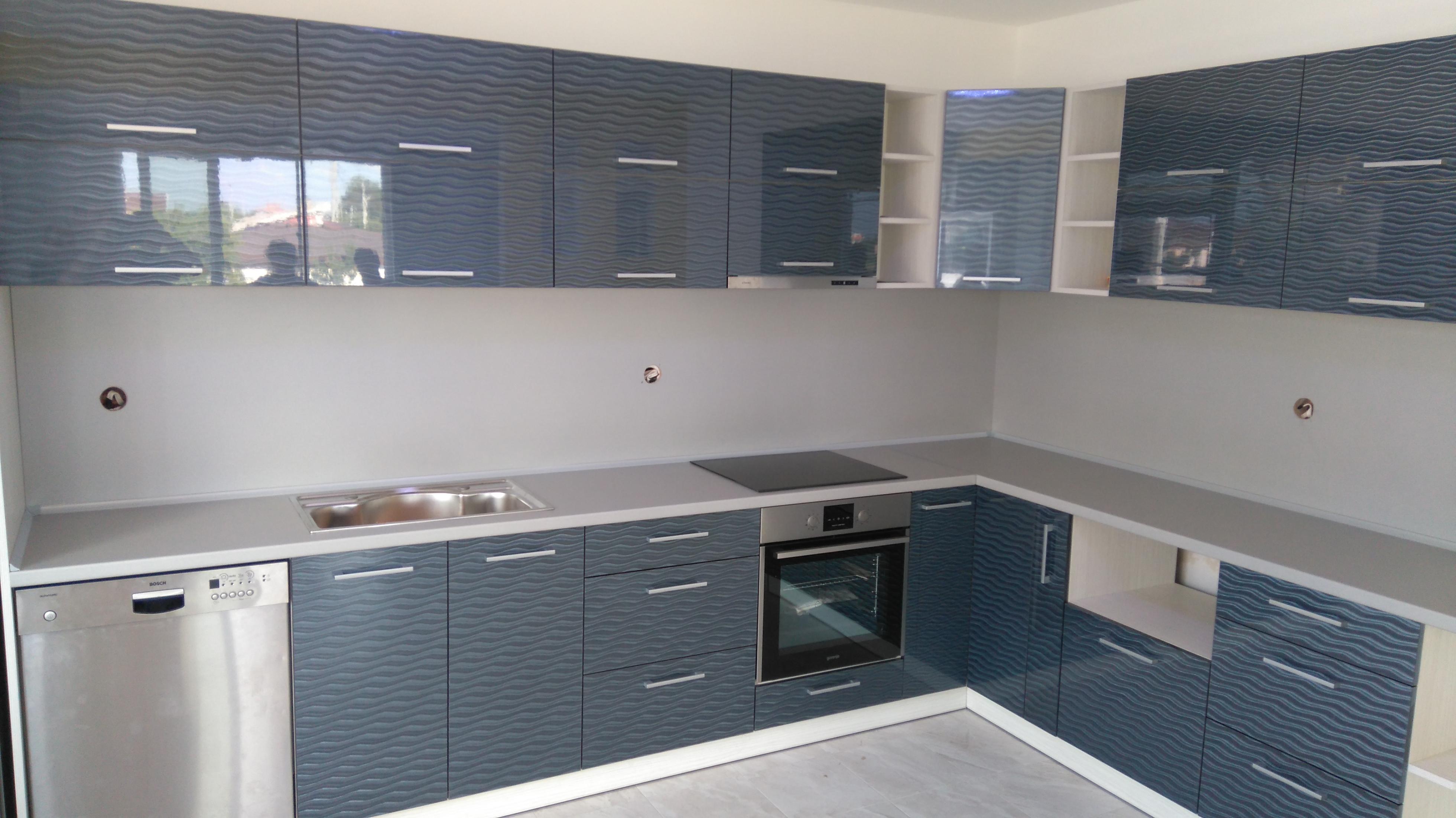 кухня с гланцови врати
