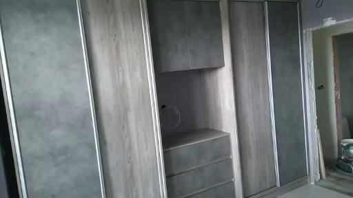 Гардероб с плъзгащи врати и със скрин
