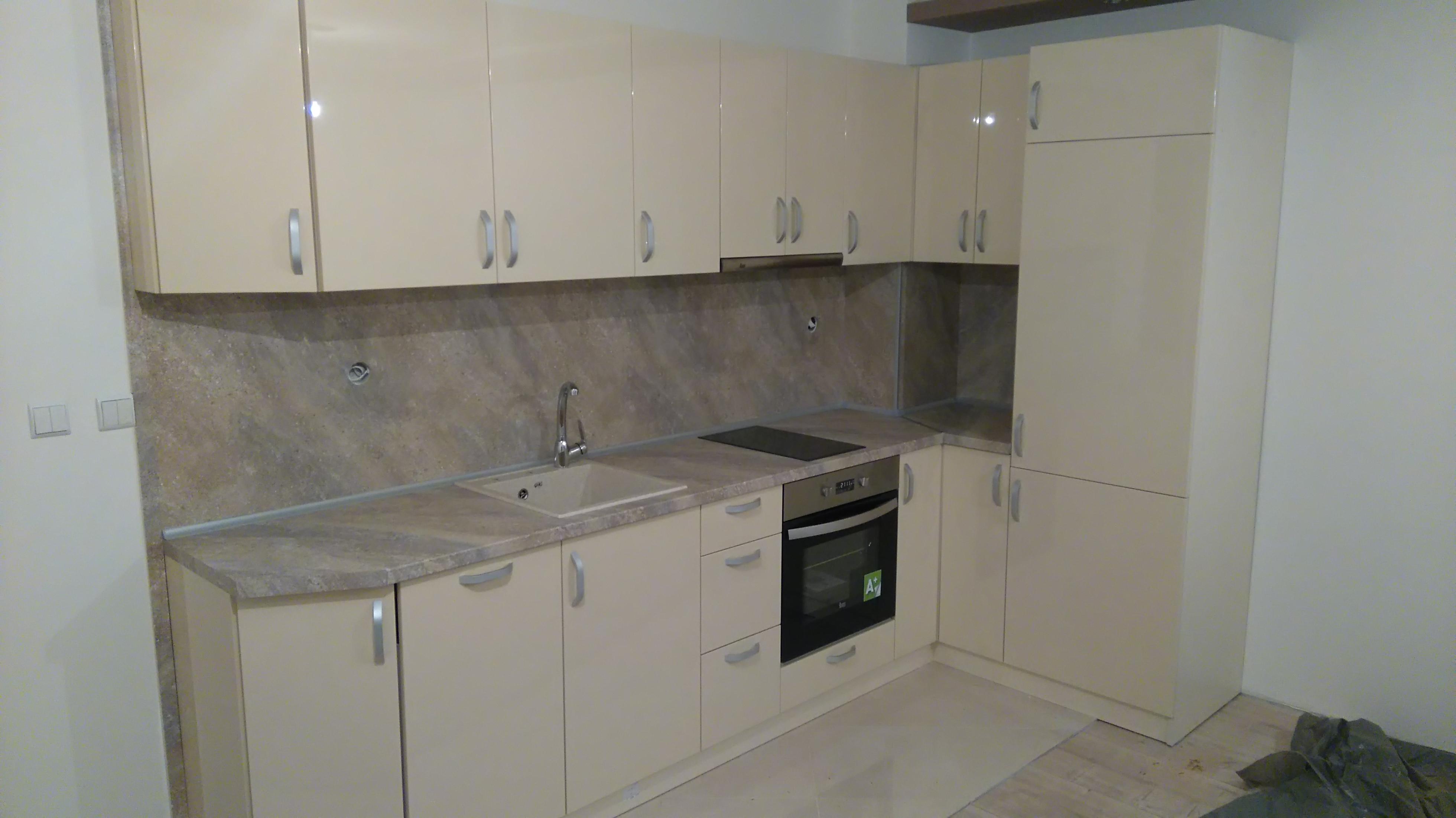Кухня с боядисани врати