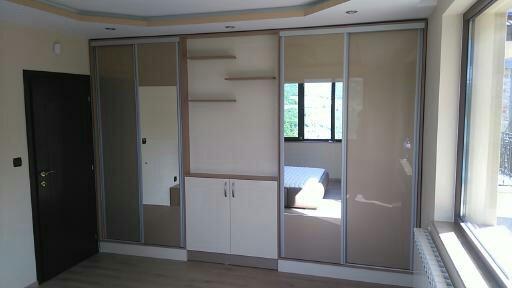 вграден гардероб с етажерки